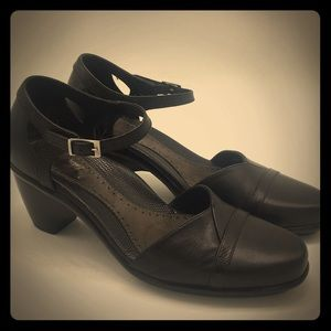 Dansko size 38 black leather sandals
